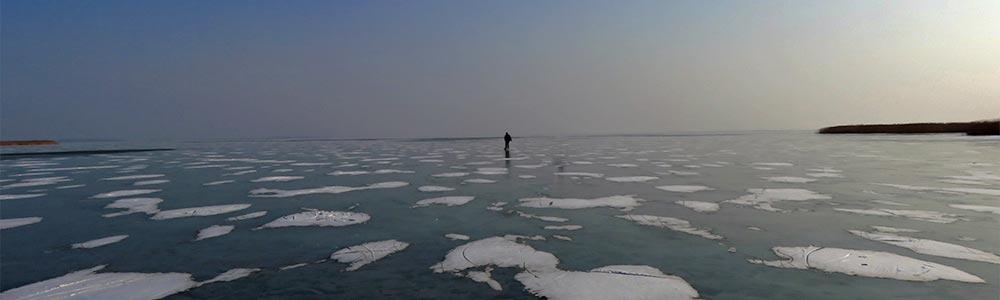 Ein Mann steht auf einem zugefrorenen See und bewegt sich nicht, aus Angst, dass er einbrechen könnte. Auch im Alltag gilt es oft, Ängste zu überwinden und seine Angszustände zu bewältigen.