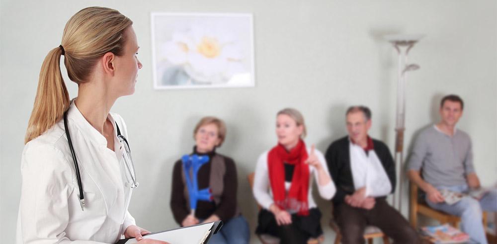 Mehrere Personen sitzen im Wartezimmer eines Arztes und sehen dem Arztbesuch mit bangen Gefühlen entgegen. Aber Angst for dem Arzt oder Zahnarzt kann man überwinden.