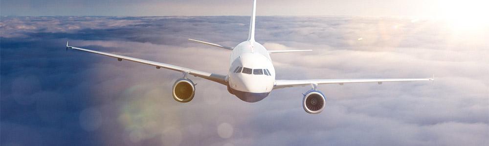 Ein Flugzeug schwebt über den Wolken hinweg. Wie schön könnte eine Flugreise sein, wenn man nicht unter Flugangst leiden würde. Aber man kann diese Angst vorm Fliegen überwinden.